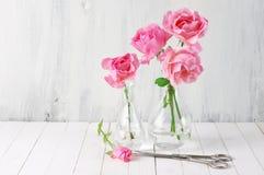 Rosas cor-de-rosa em uns vasos Imagem de Stock Royalty Free
