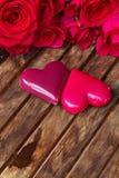 Rosas cor-de-rosa escuras com corações e etiqueta Fotos de Stock Royalty Free