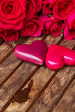 Rosas cor-de-rosa escuras com corações e etiqueta Fotografia de Stock Royalty Free