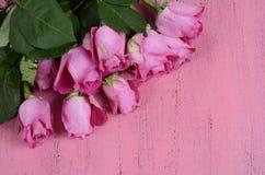 Rosas cor-de-rosa no fundo de madeira cor-de-rosa Imagens de Stock Royalty Free
