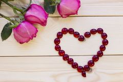 Rosas cor-de-rosa no fundo de madeira foto de stock royalty free