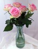 Rosas cor-de-rosa no vaso de vidro Fotografia de Stock Royalty Free