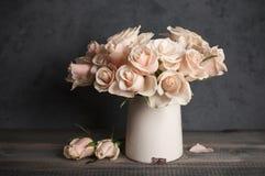 Rosas cor-de-rosa no vaso do vintage Imagem de Stock