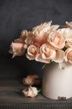 Rosas cor-de-rosa no vaso do vintage Fotografia de Stock