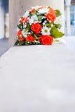 Rosas coralinas, margaritas blancas, nupcial, casandose el ramo Imagen de archivo