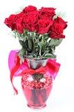 Rosas dúzia vermelhas no vaso fotografia de stock royalty free