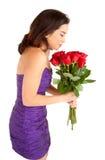 Rosas da terra arrendada e do cheiro da mulher fotografia de stock
