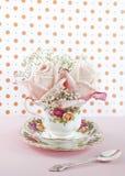 Rosas de bebé en una taza imágenes de archivo libres de regalías