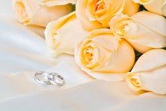 Rosas de Champán con los anillos 2 imagen de archivo