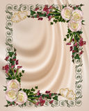Rosas de la invitación de la boda en el satén Fotografía de archivo
