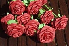 Rosas de papel vermelhas imagens de stock royalty free