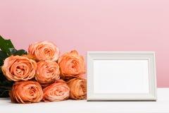 Rosas de Rosa com lugar do texto no fundo cor-de-rosa, o dia de mãe, o dia da mulher foto de stock