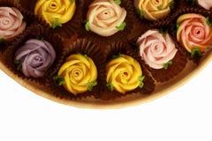 Rosas del caramelo de Allauch en un fondo de madera del blanco del piso Foto de archivo libre de regalías