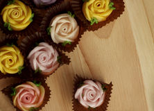 Rosas del caramelo de Allauch en un piso de madera Imagenes de archivo
