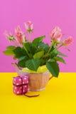 Rosas del ramo para el cumpleaños en color de rosa y amarillo fotos de archivo