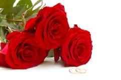 Rosas del ramo y anillos de bodas Imágenes de archivo libres de regalías