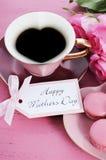 Rosas del rosa del día de madres y taza de té felices de la forma del corazón Foto de archivo libre de regalías