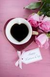 Rosas del rosa del día de madres y taza de té felices de la forma del corazón Imagen de archivo libre de regalías