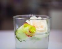 Rosas dentro del vidrio Imágenes de archivo libres de regalías