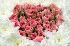 Rosas dispuestas en forma del corazón Imagen de archivo libre de regalías