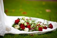 Rosas do casamento no vestido Imagens de Stock