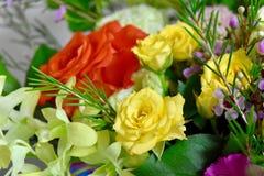Rosas do ramalhete das flores alaranjadas e rosas amarelas Fotos de Stock Royalty Free
