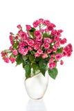 Rosas do ramalhete no vaso fotografia de stock royalty free