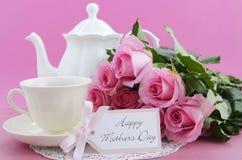 Rosas do rosa do dia de mães e ajuste felizes do chá fotos de stock