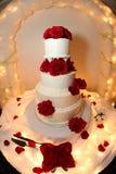Rosas do vermelho do bolo de casamento Fotos de Stock