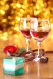 Rosas, doces e vidro do dia do Valentim Fotografia de Stock Royalty Free