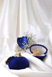 Rosas e alianças de casamento azuis foto de stock