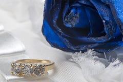 Rosas e anéis de casamento imagens de stock royalty free