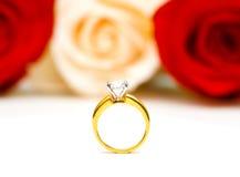 Rosas e anel de casamento isolado imagem de stock royalty free