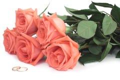 Rosas e anéis de casamento Imagem de Stock Royalty Free