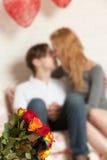 Rosas e beijo dos pares Foto de Stock
