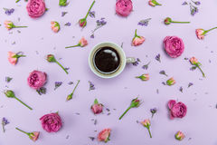 Rosas e botões cor-de-rosa bonitos com as flores e a xícara de café azuis pequenas Fotos de Stock Royalty Free