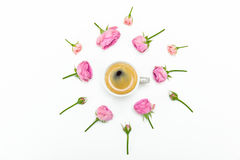 Rosas e botões cor-de-rosa bonitos com a xícara de café no branco Foto de Stock