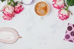 Rosas e café no fundo de mármore Imagem de Stock