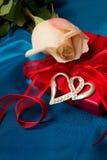 Rosas e caixa de presente Imagens de Stock Royalty Free