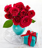 Rosas e caixa de presente Fotografia de Stock Royalty Free