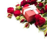 Rosas e caixa de presente vermelhas Imagens de Stock Royalty Free