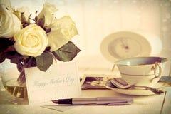 Rosas e cartão de nota para o dia de matriz Fotos de Stock Royalty Free