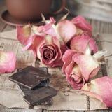 Rosas e chocolate secados Fotografia de Stock