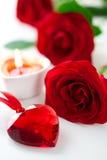 Rosas e coração vermelhos para o dia do Valentim imagens de stock