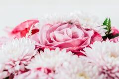 Rosas e Daisy Flowers Wedding Bouquet cor-de-rosa foto de stock