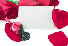 Rosas e doces com um cartão em branco do presente Fotos de Stock