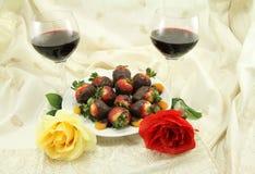 Rosas e doces do vinho Fotografia de Stock