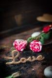 Rosas e mensagem agradáveis do amor no fundo rústico Foto de Stock