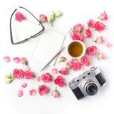 Rosas e nota do rosa da câmera do vintage no fundo branco Configuração lisa Vista superior Imagens de Stock Royalty Free