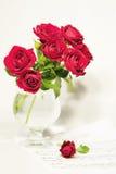 Rosas e notas Fotos de Stock Royalty Free